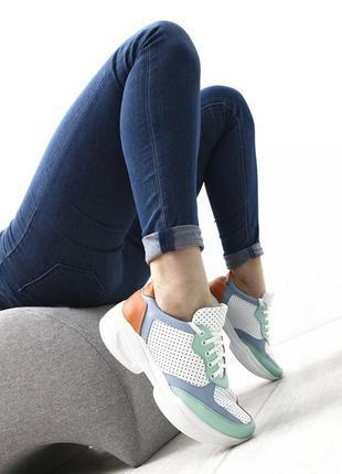 Цветные кроссовки с перфорацией