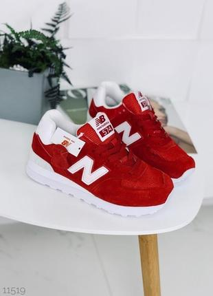 Красные замшевые кроссовки.