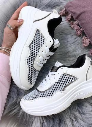 Белые массивные кроссовки с чёрными вставками, кроссовки на вы...