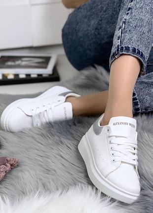 Белые кроссовки  на платформе с серой вставкой.