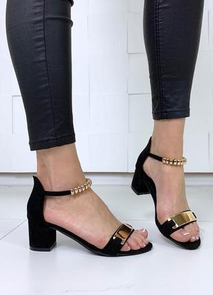 Чёрные замшевые босоножки на низком каблуке.