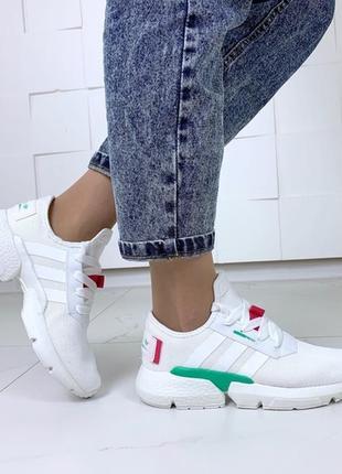 Белые летние кроссовки с цветными вставками.