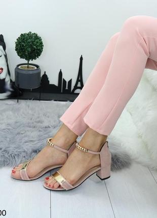 Пудровые замшевые босоножки на низком каблуке.