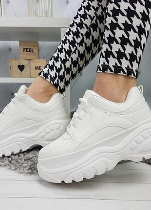 Белые массивные кроссовки , белые кроссовки на высокой подошве.