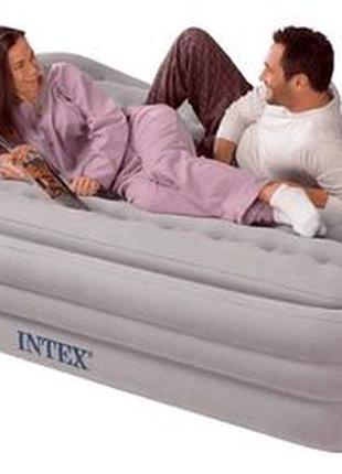 Двухместная надувная кровать королевского размера.
