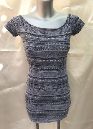 Платье reserved черно-белое с узором открытые плечи тянется S