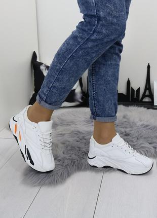 Белые летние кроссовки, белые кроссовки на массивной подошве.