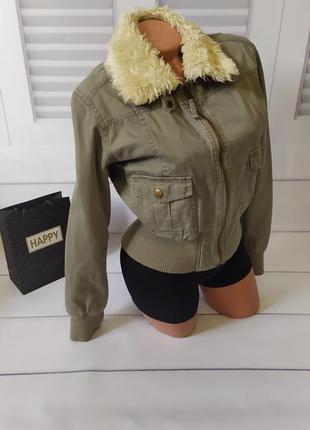 Куртка на осень цвета хаки с меховым воротником зелёная бомбер...