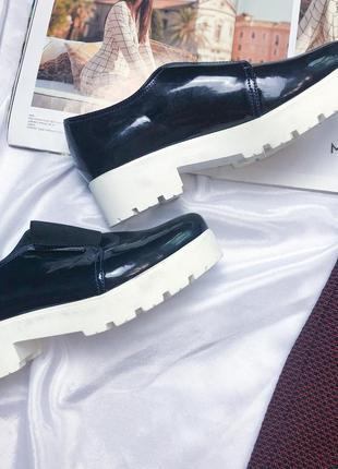 Кожанные стильные туфли на белой подошве