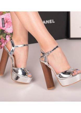Серебристые босоножки на высоком каблуке.