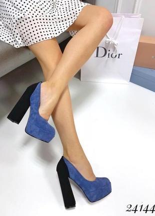 Синие замшевые туфли на высоком каблуке и платформе.