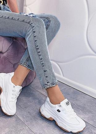 Белые кроссовки на массивной подошве, стильные белые кроссовки...