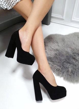Чёрные замшевые туфли на высоком каблуке и платформе.