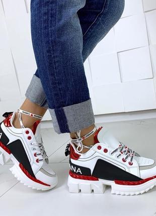 Белые массивные кроссовки с цветными вставками.