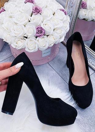 Чёрные замшевые туфли на каблуке и платформе.