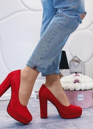 Красные замшевые туфли на высоком каблуке и платформе.