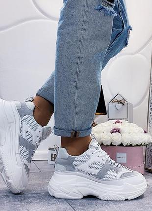 Белые кроссовки на массивной подошве, белые кроссовки с серыми...