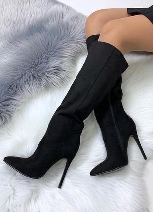 Шикарные чёрные замшевые сапоги на высоком каблуке.