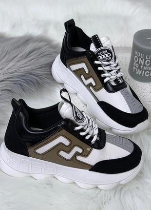 Чёрно-белые кроссовки с силиконовыми вставками.