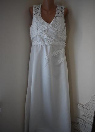 Белое длинное платье с кружевом