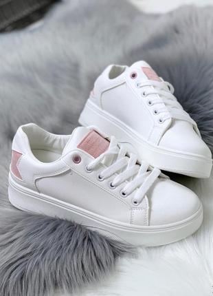 Стильные белые кроссовки с пудровыми вставками, белые кроссовк...