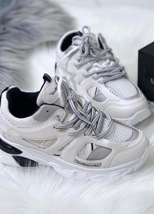 Стильные белые кроссовки с серыми вставками.