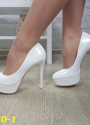 Туфли белые лаковые на шпильке
