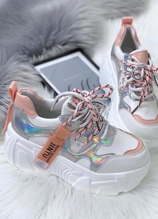 Белые кроссовки с серебристыми вставками,массивные кроссовки с...