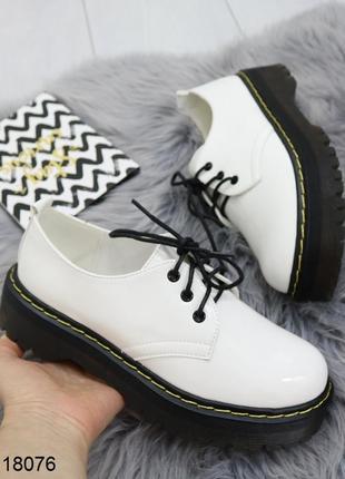 Белые туфли оксфорды, туфли броги, белые туфли на низком ходу.