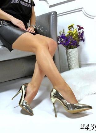 Золотистые туфли лодочки на каблуке.