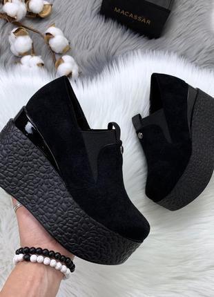 Чёрные замшевые туфли на платформе.