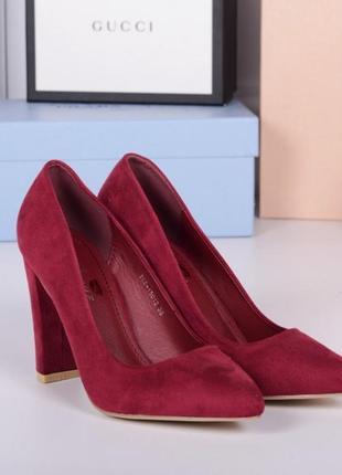 Замшевые бордовые туфли лодочки на каблуке.