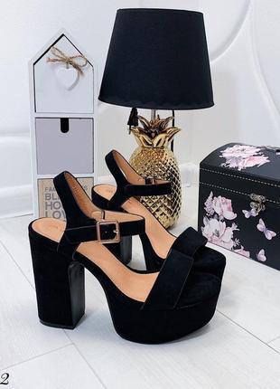 Чёрные замшевые босоножки на платформе и каблуке.