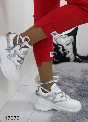 Трендовые белые кроссовки с голографическими вставками.
