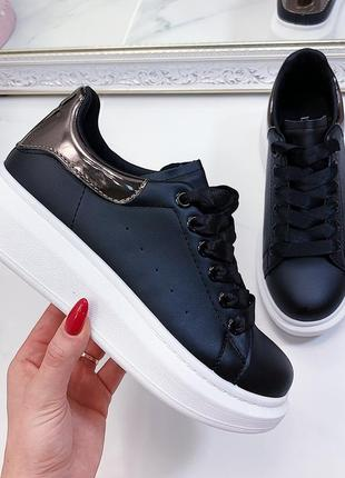 Стильные чёрные кеды с белой подошвой, чёрные кроссовки с брон...