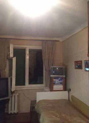 Продам 4-х комнатную квартиру в не фасадном доме на среднем этаже