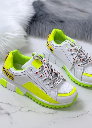 Белые кроссовки с яркими  вставками.