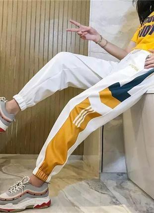 Спортивные штаны с яркими полосками
