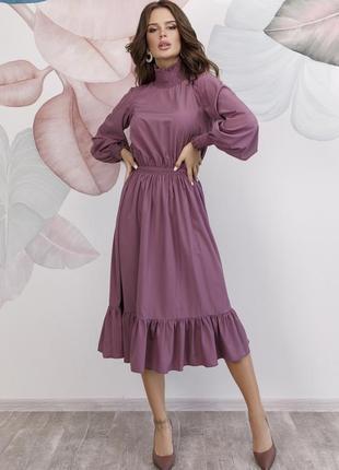 Сиреневое приталенное платье с высоким воротником