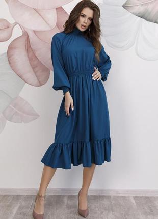 Бирюзовое приталенное платье с высоким воротником