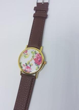 Наручные женские часы с коричневым ремешком