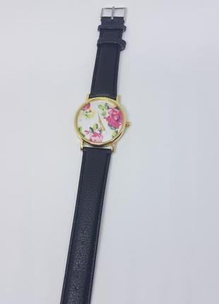 Наручные женские часы с черным ремешком