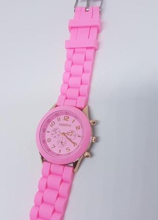 Наручные женские часы с силиконовым розовым ремешком