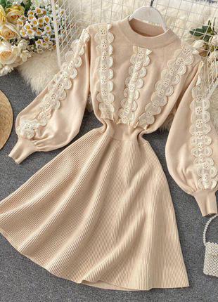 Платье-резинка с кружевом бежевый