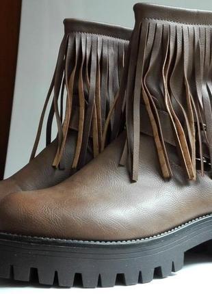Женские ботинки на тракторной подошве с бахромой