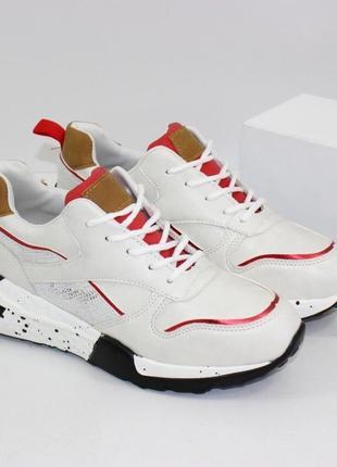 Стильные белые кроссовки с красными вставками