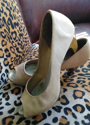 Туфли женские кожаные с открытым носком на высоком каблуке