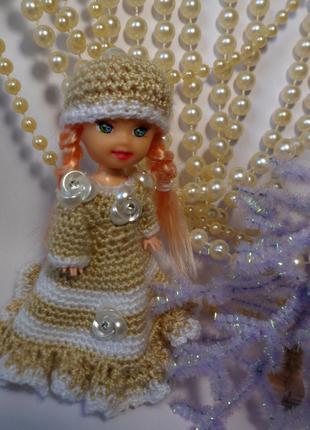 кукла в вязанной крючком одежде