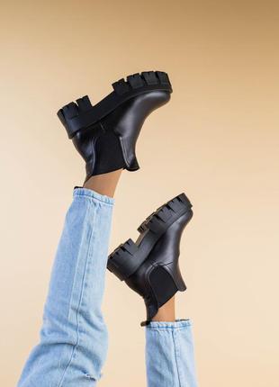 Женские демисезонные ботинки на тракторной подошве