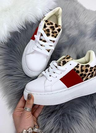 Стильные белые кроссовки леопардовыми вставками